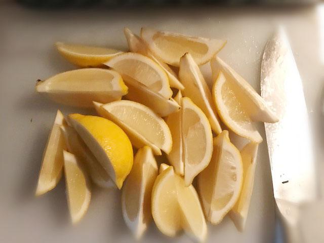 レモンを半月切りに