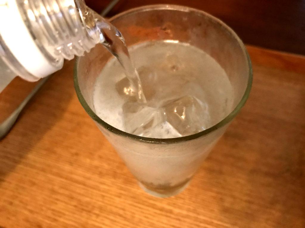 炭酸水を入れる